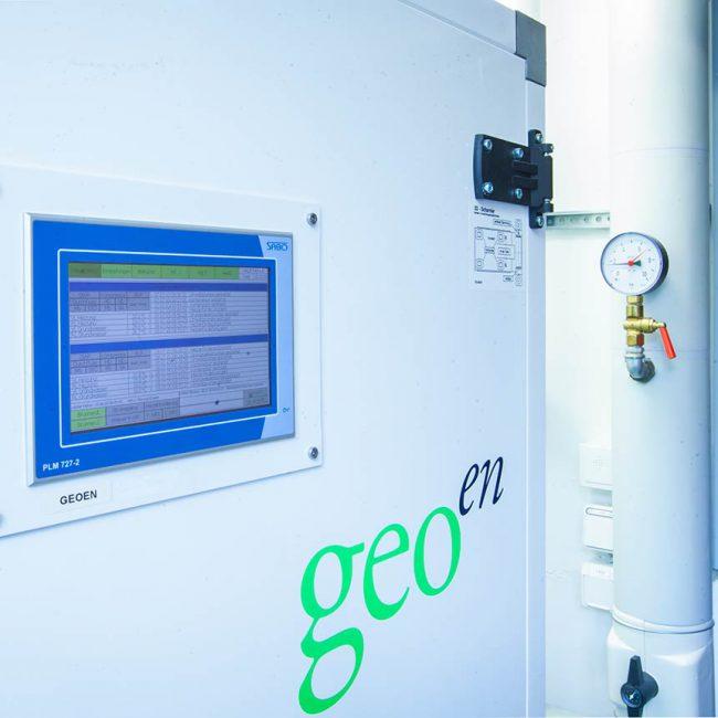 Ein Schaltschrank mit einem Steuerungsdisplay in blau mit informationen, auf dem Steuerungsschrank ist das Logo von Geo-En zu sehen